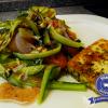 Sommerlicher Curly-Gurkensalat mit Holunder-Apfel-Dressing