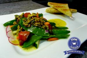 Zuckerschoten-Salat mit Wallnuss-Vinaigrette