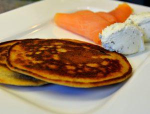 Roh Pancake mit Kräuterfrischkäse und Räucherlachs