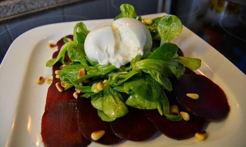Rote Beete Carpaccio mit Feldsalat und Burata