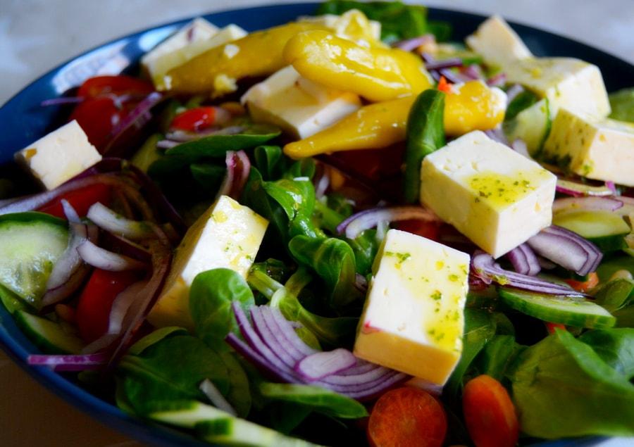 Feldsalat mit Feta-Käse und Zwiebelringen