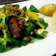 Feldsalat mit Datteln im Speckmantel und Sonnenblumenkern-Vinaigrette