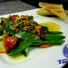 Zuckerschoten-Salat mit Walnuss-Vinaigrette