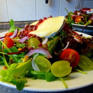 Pflücksalat mit Preiselbeer-Dressing und Brie