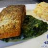 Knoblauch-Lachs mit sautiertem Spinat und Kartoffel-Möhren-Stampf