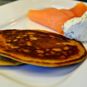 Roh Nudel-Pancake mit Kräuterfrischkäse und Räucherlachs
