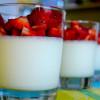 Rooibos Panna Cotta mit beschwipsten Erdbeeren