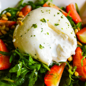 Rucola-Erdbeeren-Salat mit Burrata