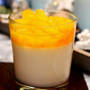 Lebkuchen-Panna-Cotta mit Pfirsich