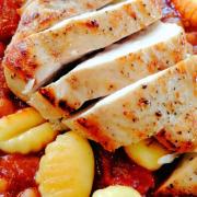 Kürbis-Bohnen-Ragout mit glasiertem Knoblauch-Huhn