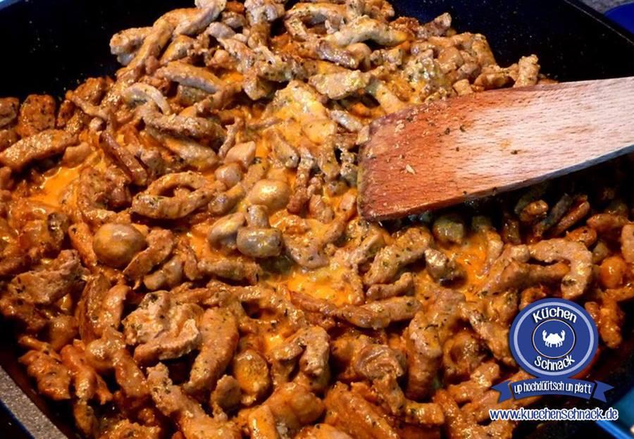 Rustikales Rahmgeschnetzeltes mit Pilzen, Zwiebeln und Putenfleisch