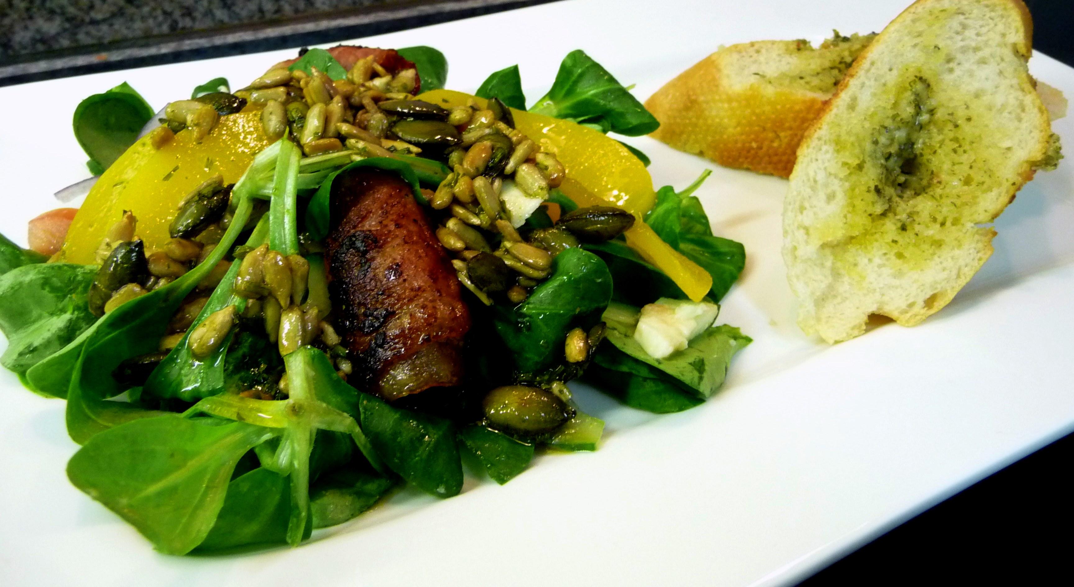 Feldsalat mit Pfirsichspalten und Datteln im Speckmantel