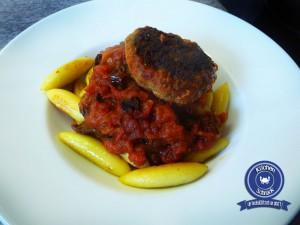 Schupfnudeln mit Tomaten-Sugo und Basilikum-Bulette
