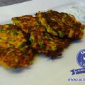 Zucchini-Möhren-Puffer mit Petersilien-Quark