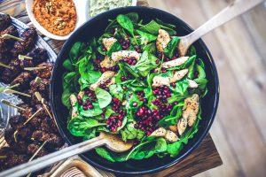 Spinatsalat mit Granatapfel und Hähnchenbruststreifen
