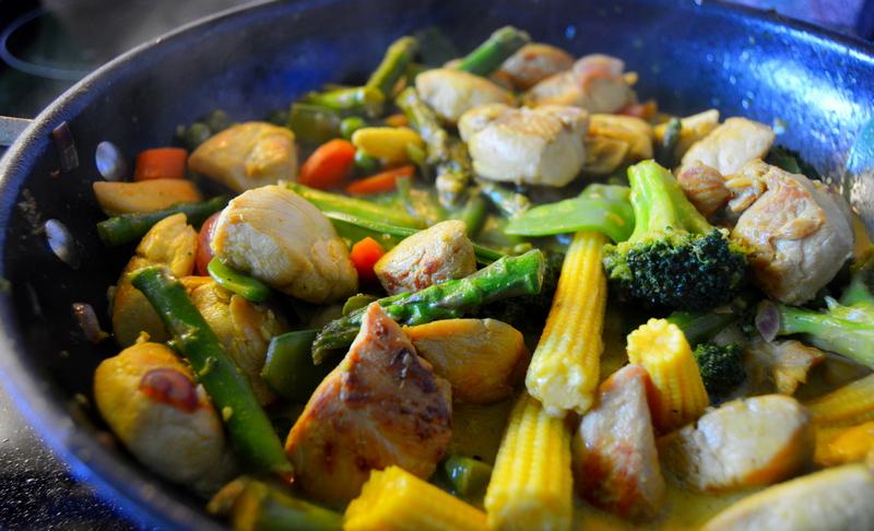 Gemüsepfanne mit gelben Maiskolben aus dem Wok