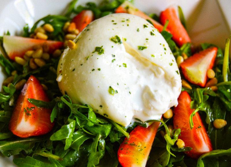 Ruccola-Erdbeeren-Salat mit Burrata