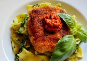 Catfish mit Spinat-Bandnudeln und Tomaten-Pesto