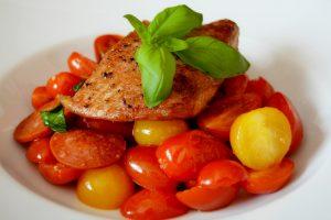 Lauwarmer Tomaten-Chorizo-Salat mit Catfish