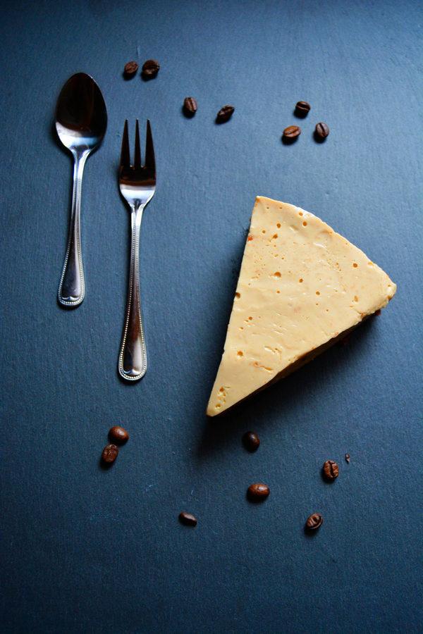 Espresso-Torte mit Schokobiskuit auf Schiefertafel