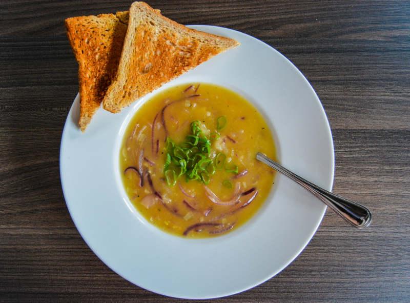 Französische Zwiebelsuppe in einem weißen Teller