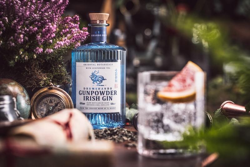 Gunpowder Gin - Blaue Flasche mit Gin-Glas