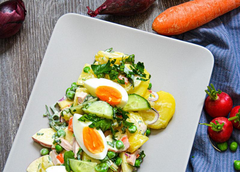 russischer Kartoffelsalt mit Ei.